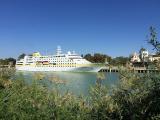 Plantours Kreuzfahrten nimmt ab dem 10. August mit neuen Routen durch das Mittelmeer wieder Fahrt auf: Höhepunkt ist eine elftägige Ägäis-Kreuzfahrt, auf der die maximal 400 Passagiere aufnehmende MS »Hamburg« gleich 13 Inseln anläuft. Die mehrfach für außergewöhnlich gutes Routing ausgezeichnete MS »Hamburg« wird auch vor Deutschlands Küste kreuzen, ehe im Oktober die 64-tägige Fahrt von Hamburg in die Antarktis auf dem Fahrplan steht. Auf dem Foto ist MS »Hamburg« in Sevilla zu sehen.