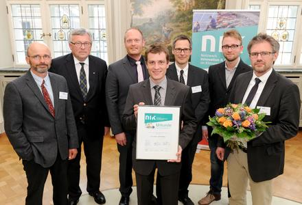 """Dr. Werner Brinker, Vorstandsvorsitzender der EWE AG (zweiter von links) stiftet 3.000 Euro in der Kategorie """"Start-up"""" und freut sich gemeinsam mit dem Team der Green Logistic Service GmbH aus Oldenburg über die Auszeichnung"""