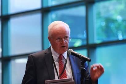 Pastor Lowell Cooper während der Diskussion / © Foto: Mylon Medley/Adventist News Network ANN