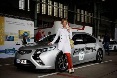 Elektrisch durch Berlin: Die Schauspielerin Susanne Lothar steuerte den Opel Ampera bei der Challenge Bibendum durch die Hauptstadt. Das Elektroauto stand im Mittelpunkt der Öko-Fahrzeugparade von Tempelhof zum Brandenburger Tor.