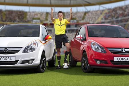 Anpfiff zum Fußball-Klassiker zwischen Deutschland und England. Für bekennende Fans gibt es in beiden Ländern die passenden Corsa-WM-Designs - bei uns in schwarz-rot-gold, in England in klassischem rot-weiß