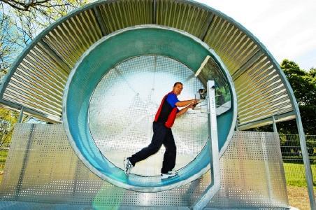 """Das """"Hamsterrad"""", eine der spektakulären Attraktionen des neu eröffneten Bad Füssinger BewegungsParcours. Das HighTech-Trainingsgerät bringt den Kreislauf in Schwung. Foto: Kur- & GästeService Bad Füssing"""