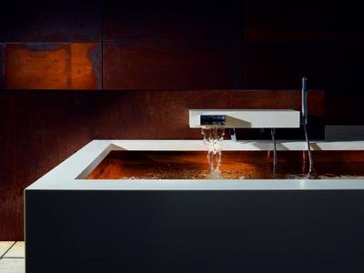 Ein Ort der Ruhe und der Kraft: Bathing. Badezone mit Kupferwanne und KATA Wannen-Einhandbatterie für Wandmontage mit Garnitur.