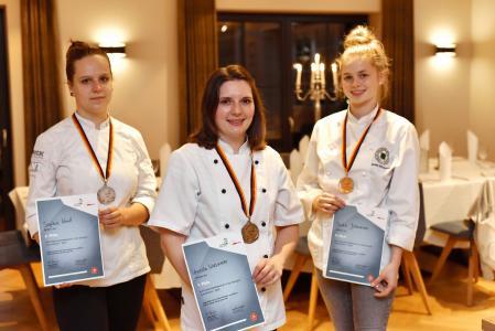 """Veronika Wiesmeier (Mitte) gewann beim Nationalwettbewerb in der Disziplin """"Koch/Köchin"""" Gold. Sophie Knull (links) und Jackie Johannsen (rechts) holten Silber und Bronze. Foto: Tobias Frick"""