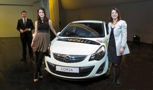 Die Eurovision Song-Contest-Siegerin Lena präsentierte zusammen mit Opel-Vertriebschefin Imelda Labbé (rechts) den neuen Corsa Satellite den rund 1200 Gästen aus der Opel-Händlerschaft