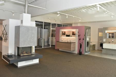 Viel Licht und Raum in der Badausstellung von Firma Küpper, im Hintergrund die Heizzentrale
