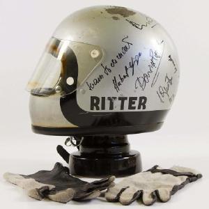 """LOT 566: Eines der Highlights der Auktion vom 7. und 8. Mai. Der originale Sturzhelm inklusive Handschuhe aus dem legendären Le Mans Film mit Steve McQueen. Der Helm wurde im Film vom Schweizer Schauspieler Fred Haltiner alias """"Johann Ritter"""" getragen und von vielen Schauspielern am Set signiert"""