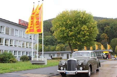 Rund 40 noble Fahrzeuge der Marken Rolls-Royce und Bentley parkten am 05. Oktober vor dem Pirelli Werk in Breuberg