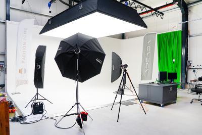 Das ADCADA Fotostudio mit der weiß gestrichenen Hohlkehle