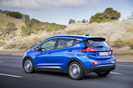 Praktisch, dynamisch, elektrisch: Der 4,16 Meter lange Opel Ampera-e bietet eine im Segment konkurrenzlose elektrische Reichweite von 520 Kilometern gemäß NEFZ – und reichlich Platz für bis zu fünf Passagiere samt Gepäck