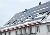 Besonders in Verbindung mit Solarmodulen sollte auf einen intakten Schneefang geachtet werden – nicht nur, wenn die regionale Bauordnung ihn vorschreibt