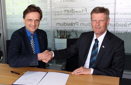 Der Vertrag ist unterschrieben: Hochschulpräsident Prof. Dr. Andreas Bertram (links) und Dr. Harald Nonn, Vorsitzender der Deutschen Rasengesellschaft
