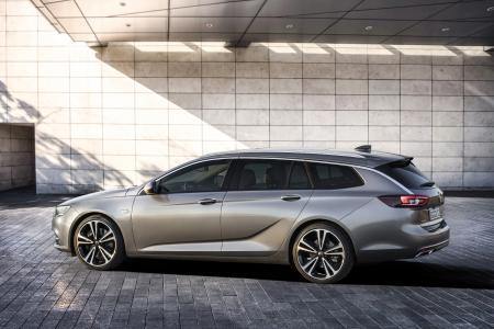 Klare Linien: Die Opel-Sichel charakterisiert die Fahrzeugseite des neuen Opel Insignia Sports Tourer. Der schwungvoll gezogene Chromstreifen zwischen Fenster und Dach lässt den Kombi noch dynamischer wirken