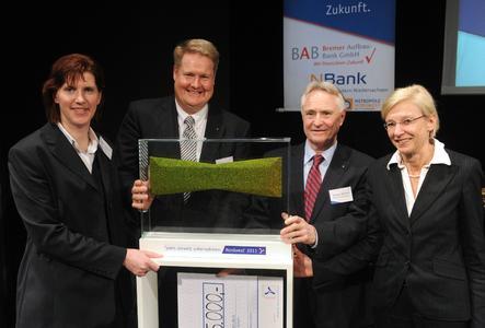 Die Gewinner des 'preis umwelt unternehmen: Nordwest' Tom und Rüdiger Nietiedt mit Diane Zetzmann-Krien, Bremer Aufbau-Bank, und Dr. Sabine Johannsen, NBank