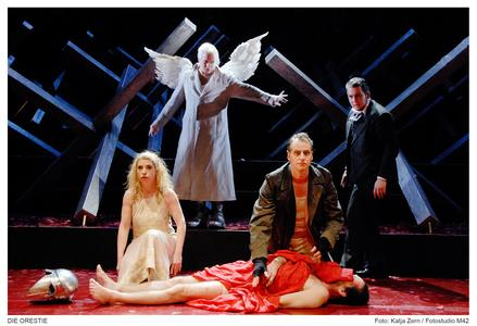 liegend: Frank Lienert-Mondanelli (Agamemnon) Katharina Voß (Elektra); Nils Brück (Orest); Oliver Firit (Chor) hinten: Tobias D. Weber (Apoll)
