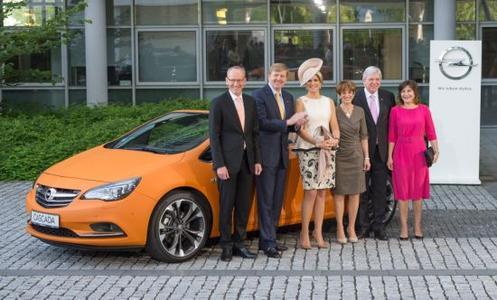 Bild mit Damen: Opel-Chef Karl-Thomas Neumann mit dem Königspaar, dem hessischen Ministerpräsidenten Volker Bouffier und dessen Gattin Ursula. Ganz rechts im Bild: die niederländische Handelsministerin Liliane Ploumen