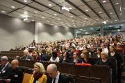 Full house: 85 frisch gebackene Akademiker/innen mit Freunden und Familien im Audimax der HS Koblenz (im Vordergrund, 1. Reihe (v.l.n.r.): Prodekan, Prof. Dr. Armin Schneider, Dr. Anna Köbberling, MdL, Prof. Dr. Paul Krappmann, Prof. Dr. Wolfgang Beudels