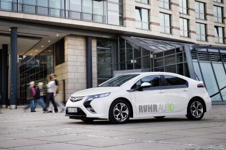 """Das Ruhrgebiet fährt elektrisch – im Opel Ampera. Opel übergab heute 20 Exemplare des voll alltagstauglichen Elektroautos an das Car Sharing-Forschungsprojekt """"RuhrAuto-e"""" der Universität Duisburg-Essen"""