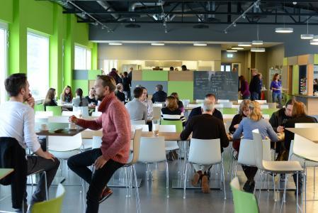 """Das Betriebsrestraurant """"meet&eat"""" lädt zum Austausch ein, Foto: J. Untch/Vogel Communications Group"""