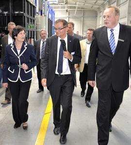 Die Thüringer Ministerpräsidentin Christine Lieberknecht (links) bei der Führung durch das Winkhaus Werk in Meiningen mit Geschäftsführer Stefan Wemhoff (rechts) und Werksleiter Thomas Streit (Mitte)