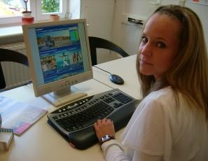 Stefanie Kagelmacher (NTS) vor der neuen Website