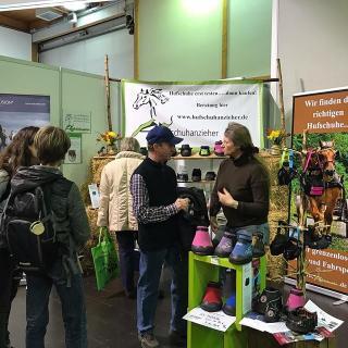 Auf der Reitsportmesse in Magdeburg vom letzten Wochenende hat die Hufschuhanzieherin den GKs vorgestellt.