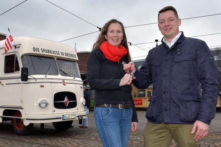 Sparkasse Bremen übergibt ihren historischen Bus an den Borgwardclub bremen Marion Kayser BClub nimmt Schlüssel von Lars Grebe SPK Bremen entgegen