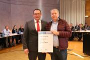 Kammerpräsident Klaus Hofmann (links) ehrt Dieter Thomas (rechts) mit der Silbernen Ehrennadel. Quelle: Handwerkskammer Mannheim Rhein-Neckar-Odenwald