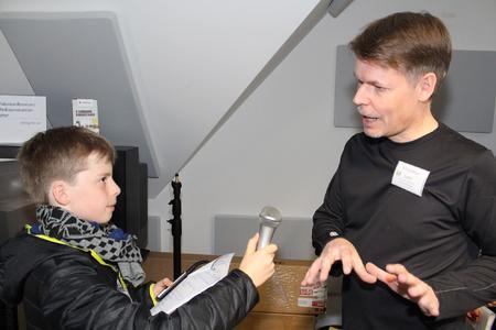"""Der """"Rasende Reporter"""" Julius, Schüler der 5. Klasse, interviewt Workshopleiter Erling Henze"""