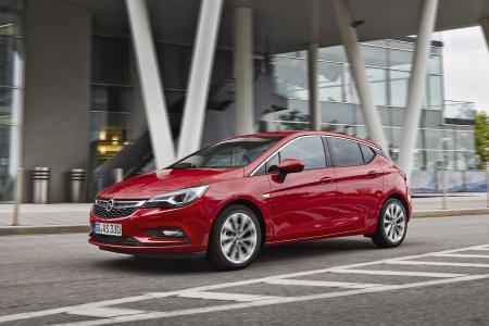 """Fahren ohne und mit """"Handicap"""": Der Opel Astra lässt sich mit vielen Mobilitätshilfen ab Werk ausstatten, die das Fahren ohne Pedalerie ermöglichen"""