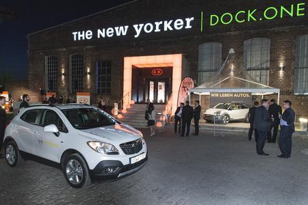 Schöne Ansichten: Die 300 Gäste des Plus X Award wurden vom Opel Mokka chauffiert und am Eingang zur Gala vom Opel ADAM Rocks begrüßt © GM Company