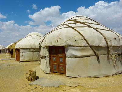 In Kirgisistan nächtigen Reisende in gemütlichen Jurten