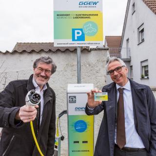 Bei der Einweihung der neuen Ladestation in Hähnlein: Georg Rausch, Bürgermeister der Gemeinde Alsbach-Hähnlein mit Carsten Hoffmann, Vorstand GGEW AG (v. l.)