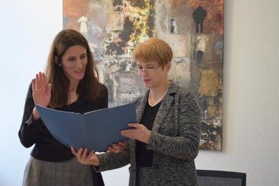Wissenschaftsministerin Münch überreicht in ihrem Potsdamer Amtssitz die Ernennungsurkunde. © MWFK