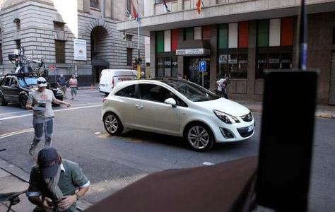 Opel startet die erste TV-, Print- und Online-Werbekampagne mit der Eurovision Song Contest-Gewinnerin Lena. Dazu wurde in Johannisburg, Südafrika, ein Werbespot gedreht. Hauptdarsteller neben der Opel-Markenbotschafterin ist der neue Corsa Satellite – gut eine Woche vor seiner Markteinführung beim Opel-Händler am 29. Januar