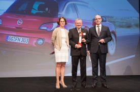 Die besten Autos 2015: Der Opel ADAM gewinnt zum zweiten Mal in Folge in der Kategorie Mini Cars. Opel-Vertriebschef Peter Christian Küspert nimmt den Preis von Birgit Priemer, stellvertretende Chefredakteurin der Fachzeitschrift auto, motor und sport, sowie Chefredakteur Ralph Alex (rechts) entgegen