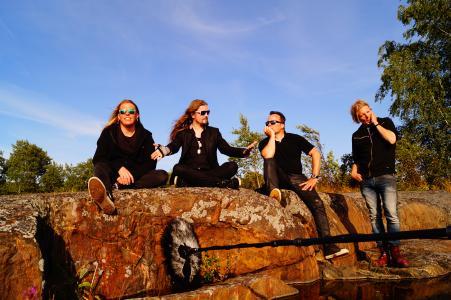 Apocalyptica entspannen sich vor ihrer Performance auf der ehemaligen Militärinsel Vallisaari (c Ulrike Neubecker)