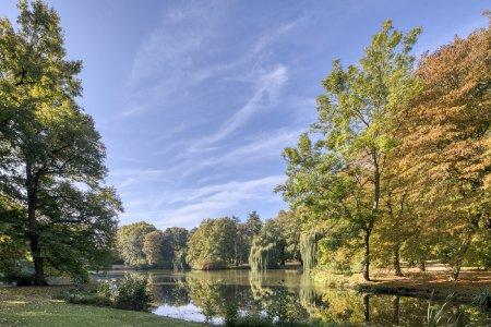 Die weiten Parkanlagen am Fluss Oker laden zu entspannten Spaziergängen in der Herbstsonne ein. (Foto: Braunschweig Stadtmarketing GmbH/Christian Bierwagen)