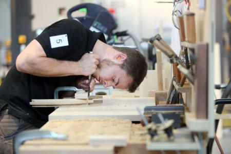 Deutschland benötigt hervorragende Praktiker/innen wie Schreinermeister Florian Meigl. Er wurde bei der letzten WM der Berufe, den WorldSkills Kasan 2019, mit der Exzellenzmedaille ausgezeichnet. (Foto:  WorldSkills Germany / Anja Jungnickel)