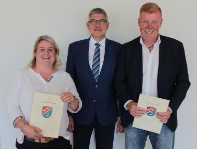 Landrat Manfred Görig gratuliert Stephanie Lieberum zum 25-jährigen und Jürgen Schad zum 40-jährigen Dienstjubiläum (Foto: Sabine Galle-Schäfer/Vogelsbergkreis)