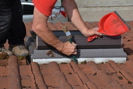 Bietet sich an: Beim DachCheck als Mehrleistung auch gleich Wasserabführungen rund um Dachfenster sowie die Regenrinnen säubern lassen.