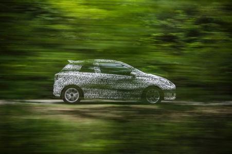 """Letzte Validierungsfahrten im """"Tarnanzug"""": Im Geheimen waren die Opel-Ingenieure mit Validierungs-Prototypen des neuen Corsa in der Pfalz südwestlich von Frankfurt am Main unterwegs"""