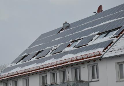 Auch im Winter entlastet die Solaranlage durch selbstgenutzten Strom die Haushaltskasse.