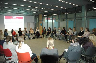 Foto/Verena Ubl: Interessiert diskutieren Professorinnen und Studentinnen die vielfältigen Perspektiven des Professorinnen-Berufs