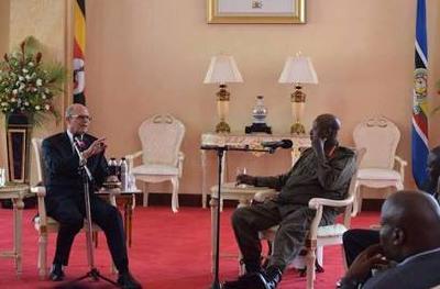 Ted Wilson (li.), Weltkirchenleiter, im Gespräch mit dem Präsidenten von Uganda, Yoweri Museveni / © Foto: Prince Bahati/ECD