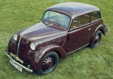 Der erste Kadett, Vorfahre der aktuellen Astra-Baureihe, erscheint 1936. Wie der revolutionäre Opel Olympia verfügt der Kadett über eine selbstragende Ganzstahl- Karosserie. 1938 erscheint eine leicht überarbeitete Neuauflage, bis zur Einstellung der Produktion 1940 werden über 100.000 Limousinen und Cabrio-Limousinen der neuen Baureihe verkauft