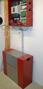 Wenig Platzbedarf, aber große Speicherkapazität: Hier wird ein Solarspeicher in eine vorhandene PV-Anlage integriert und konfiguriert