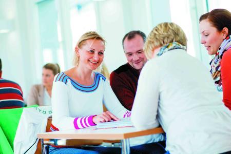 """Angehörige der Gesundheits- und Heilberufe in der Region Osnabrück profitieren von neuen Zertifikatsangeboten, die derzeit von der Hochschule Osnabrück im Forschungsprojekt """"Kompetenzentwicklung von Gesundheitsfachpersonal im Kontext des Lebenslangen Lernens"""" (KeGL) entwickelt werden und sich explizit an beruflich Qualifizierte auch ohne formale Hochschulzugangsberechtigung wenden. (Foto: Hochschule Osnabrück/ Oliver Pracht)"""