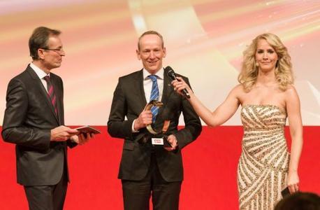 Siegerehrung: Opel-Vorstandsvorsitzender Dr. Karl-Thomas Neumann bedankt sich beim Publikum für die Autotrophy 2013 - eingerahmt von Chefredakteur Volker Koerdt und der Moderatorin Judith Rakers