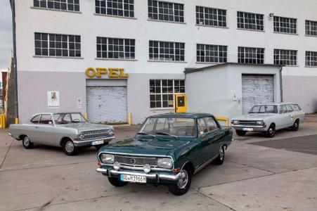 """Klassiker für die Silvretta Classic: Opel startet mit einem Rekord A Coupé, dem Sepp-Herberger-Rekord B und einem Rekord C Caravan (von links) zur """"Rekord-Fahrt"""" durch die Alpen"""